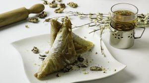 Baklava Grčka   Sočne domaće kore punjene orasima, prelivene slatkim sirupom.