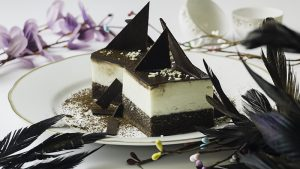 Ledena kocka  Sočna kakao biskvit kora,  kuvani beli vanil krem, čokoladna glazura, šlag.