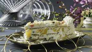Ledena torta  Kora od posne plazme, fil od slatke pavlake sa rumom, suvim grožđem, brusnicom, mangom, pomelom, papajom i breskvom, dekorisano badem listićima. - POSNO.