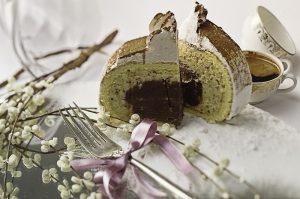 Bomba torta   Fil od čokolade i šećera, bogat  fil od lešnika, obložen tankim sočnim patišpanom, dekorisano šlagom i kakaom