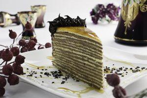 Doboš torta  16 klasičnih domaćih kora premazanih čokoladnim filom sa karamelizovanim prelivom na vrhu – grilijaš.