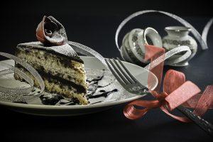 London torta   Četiri tanke kore od seckane čokolade, seckanih badema i seckanih oraha, fil od lešnika, fil od čokolade, fil od oraha sa rendanom korom i sokom od narandže, dekorisano prelivenom čokoladom i svežom narandžom