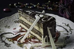 Nutela torta  Tri sočne kore od oraha premazane Nutela kremom, fil kuvan na pari od bele čokolade, fil od crne čokolade i slatke pavlake, fil od lešnika sa lomljenom Milka čokoladom, dekorisan čokoladnom glazurom.