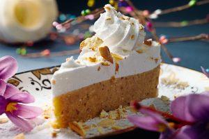 Plazma torta  Četiri tanke kore od seckane čokolade, seckanih badema i seckanih oraha, fil od lešnika, fil od čokolade, fil od oraha sa rendanom korom i sokom od narandže, dekorisano prelivenom čokoladom i svežom narandžom