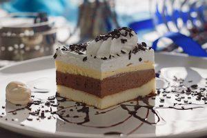 Sladoled kocka  sočna biskvit kora, vrhunski domaći fil od čokolade, vanilla krem, dekorisana šlagom.
